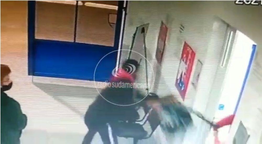 Video: Entró a un CAPS y le robó la mochila a una de las médicas