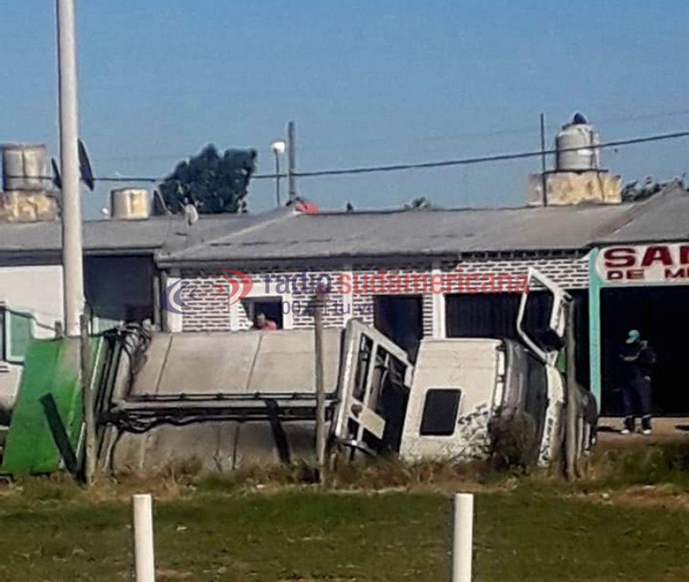 Tras una maniobra un camión de basura cayó a una zanja