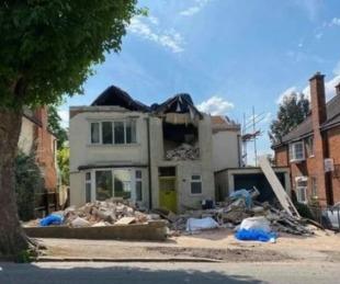 foto: Es albañil, no le pagaron por las refacciones de una casa y la destrozó