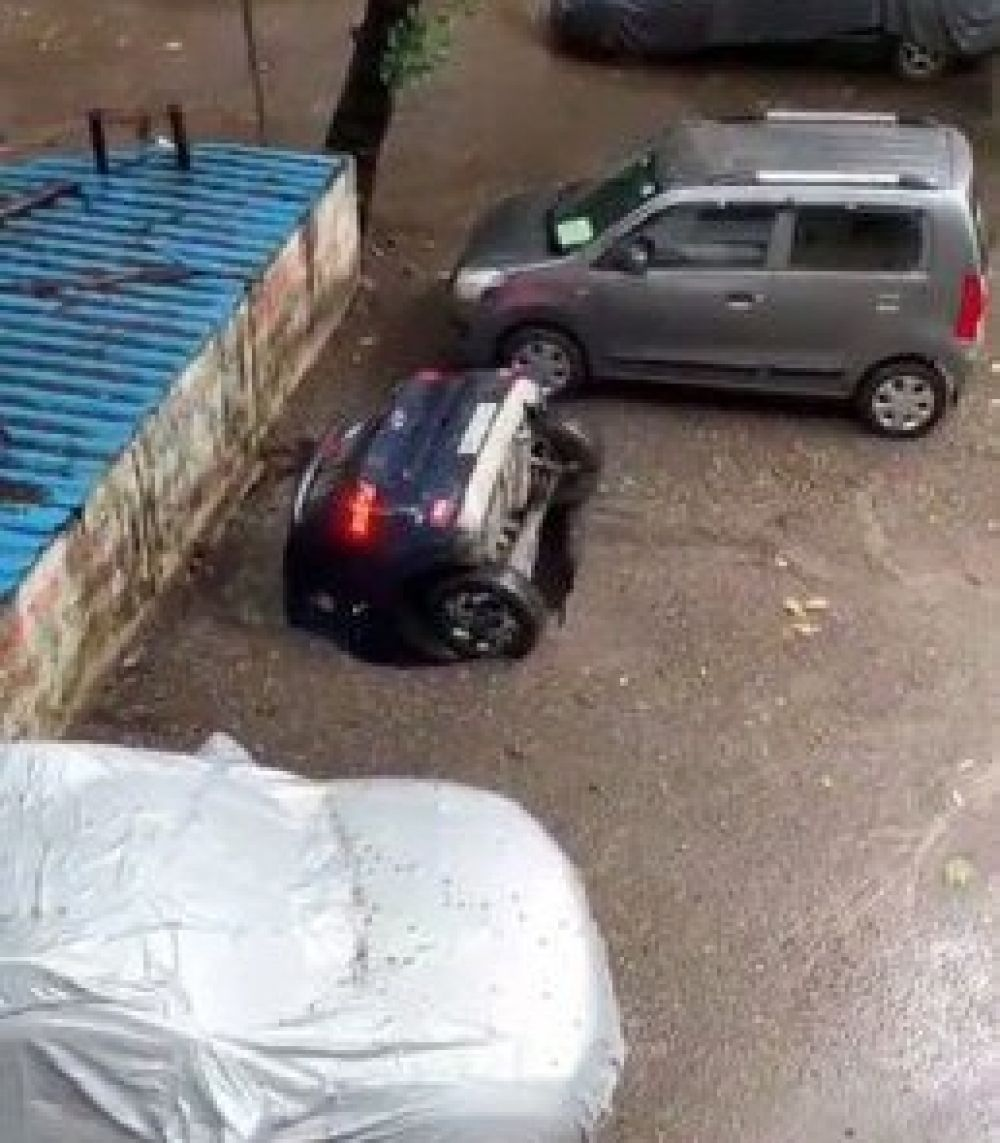Video viral: Un auto estacionado se hundió en segundos