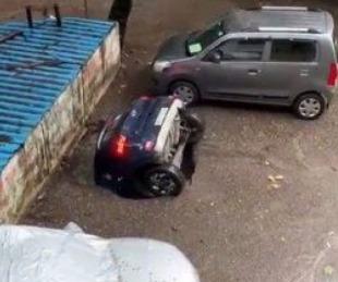 foto: Video viral: Un auto estacionado se hundió en segundos