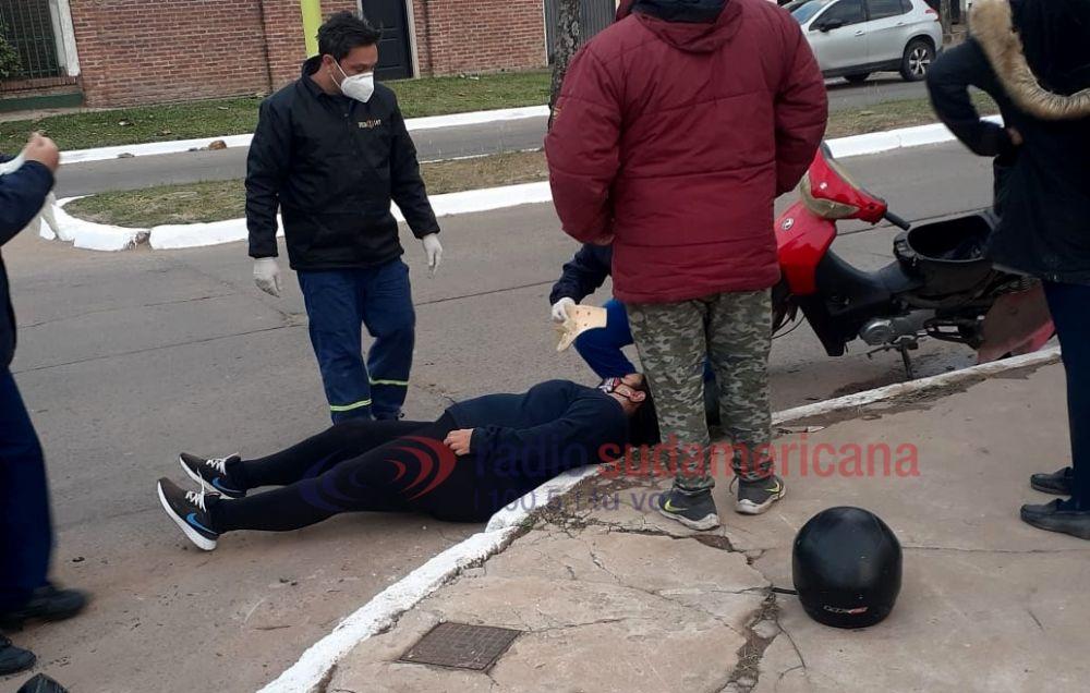 Circulaba en moto, cayó y terminó golpeando contra el cordón