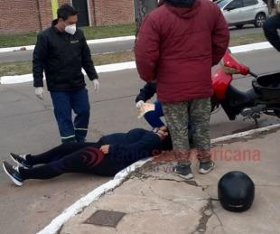 foto: Circulaba en moto, cayó y terminó golpeando contra el cordón
