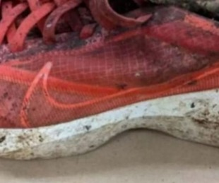 foto: Hallaron una zapatilla con el pie cortado adentro