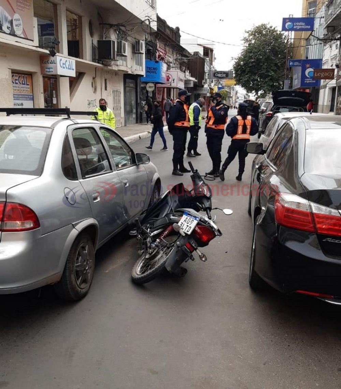 Tras mala maniobra una moto quedó entre un auto y un remis