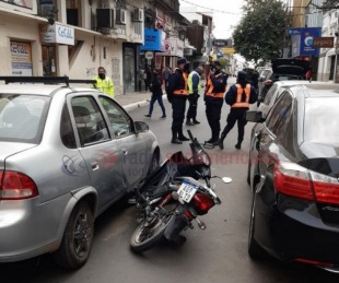 foto: Tras mala maniobra una moto quedó entre un auto y un remis