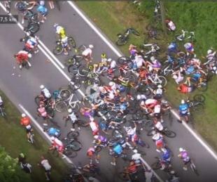 foto: Video: Un fan provocó una terrible caída masiva en el Tour de Francia