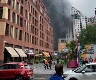 foto: Gran incendio y explosión en un puente del metro de Londres
