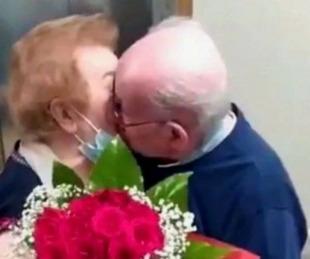 foto: Conmovedor reencuentro entre dos abuelos separados por el coronavirus
