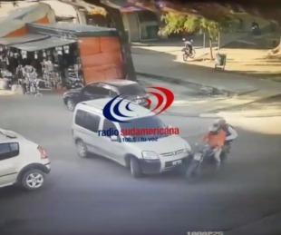 foto: Una camioneta salía del mercado y embistió a dos motociclistas