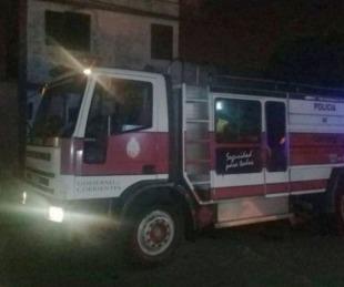 foto: Rescataron a varias personas de un incendio en un depósito