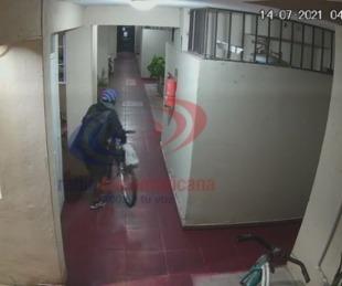 foto: Video: así habrían robado una bici de un edificio en Corrientes