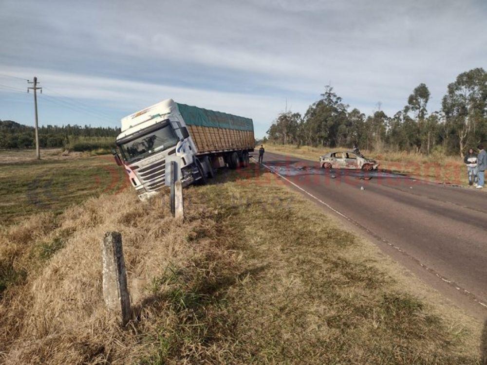 Auto se prendió fuego tras chocar contra un camión en 3 de Abril