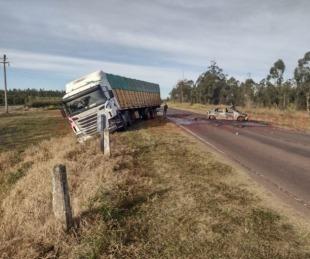 foto: Auto se prendió fuego tras chocar contra un camión en 3 de Abril
