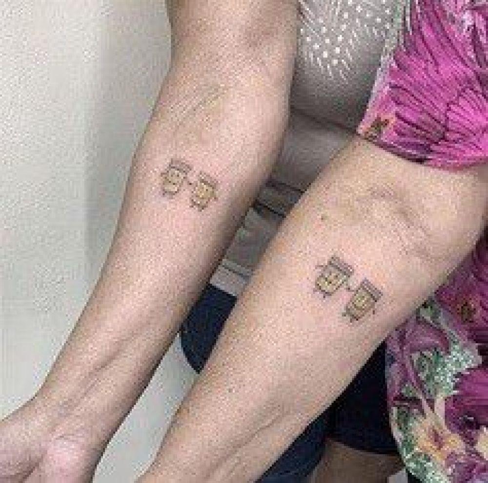 30 años de Amistad: las abuelas se tatuaron dos vasos de cerveza