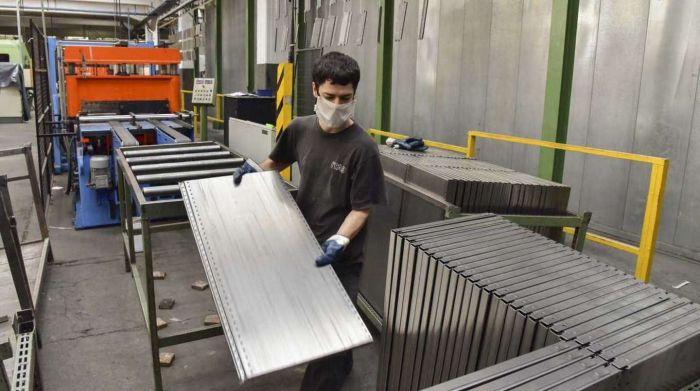 Por las restricciones, la actividad económica cayó en mayo