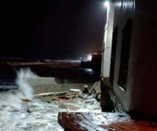 foto: Mar del Tuyú: por la fuerte crecida, las olas derrumbaron una casa
