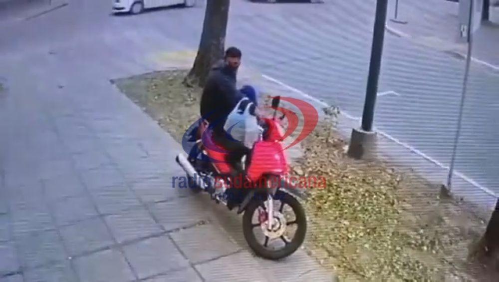Experto en robos: en segundos se llevó una moto estacionada