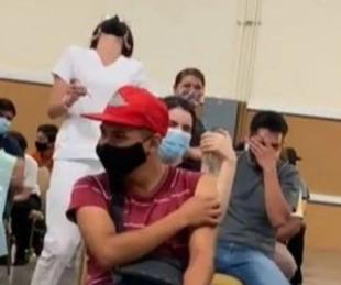 foto: Covid: Joven con terror a las agujas lloró y gritó al vacunarse