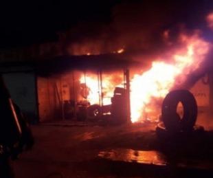 foto: Se incendió una gomería sobre Ruta Nº5: sólo hubo daños materiales