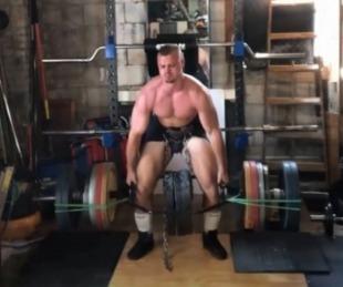 foto: Un joven halterófilo levanta pesas de formas inverosímiles