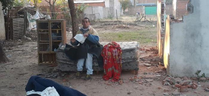 Desalojaron a joven discapacitado y pasó la noche bajo un árbol
