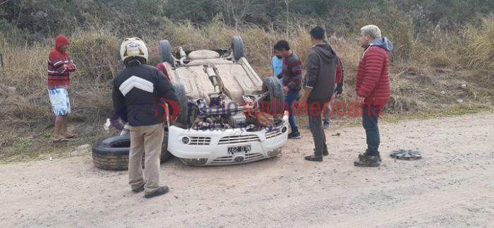Corrientes: quiso esquivar a un caballo y volcó con su automóvil