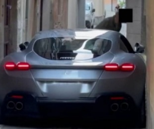 foto: Quiso pasar por una calle muy angosta y su Ferrari quedó atorada