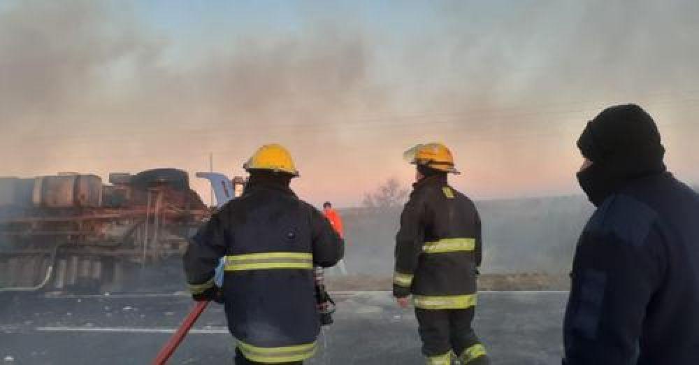Camión volcó y se incendió la carga de algodón que llevaba
