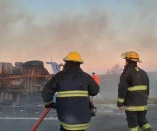 foto: Camión volcó y se incendió la carga de algodón que llevaba
