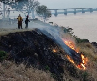 foto: Incendio en una barranca de la costanera causó inmediata alerta