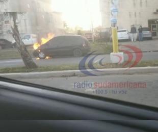 foto: El fuego consumió un automóvil estacionado por Av. J. R. Fernández