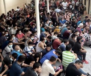 foto: Hallaron a más de 300 migrantes en condiciones infrahumanas en una casa