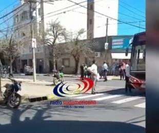 foto: Un auto terminó volcando tras chocar contra un colectivo