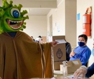 foto: Paso 2021: un influencer fue votar disfrazado de coronavirus