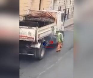 foto: Salía humo de un camión y eran dos obreros que hacían un asado