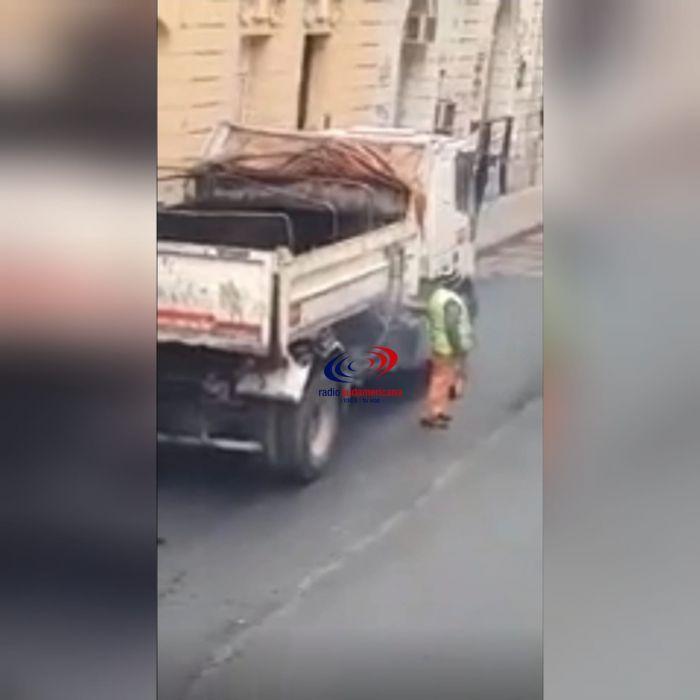 Salía humo de un camión y eran dos obreros que hacían un asado