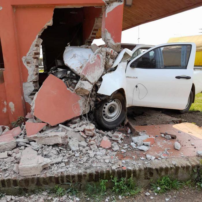 La Cruz: se incrustó en un edificio con su camioneta y se salvó de milagro
