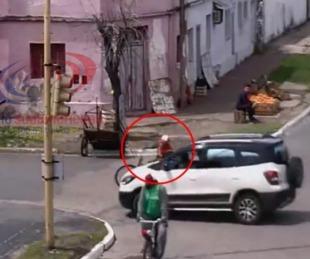 foto: Iba en bicicleta, cruzó en rojo y fue embestido por una camioneta