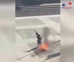 foto: Un hombre se prendió fuego frente a la casa de gobierno de Uruguay