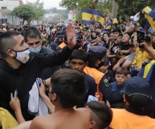 foto: El gesto de Riquelme con una señora que había quedado atrapada por la multitud