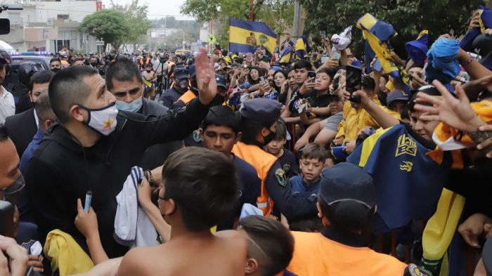 El gesto de Riquelme con una señora que había quedado atrapada por la multitud