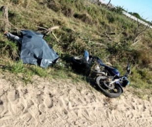 foto: Encontraron muerto a un joven motociclista al borde de una ruta