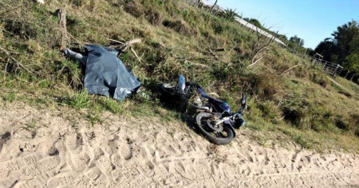 Encontraron muerto a un joven motociclista al borde de una ruta