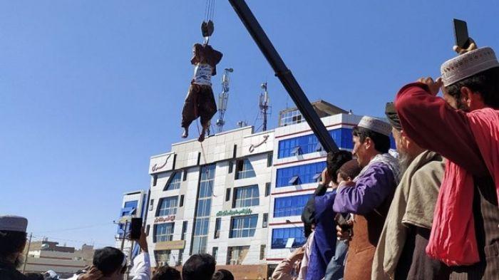 Talibanes ejecutaron y colgaron de grúas a 4 supuestos secuestradores