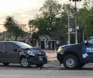 foto: Chocó de frente contra un móvil policial en pleno acceso a Santa Ana
