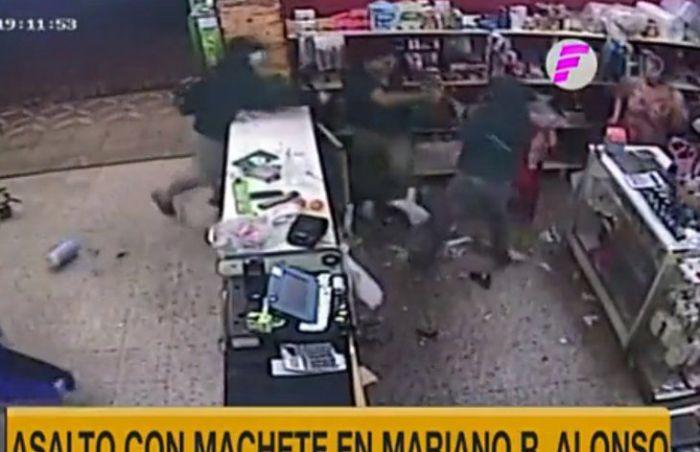 Video: delincuentes atacaron con machetes a un comerciante