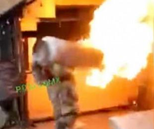 foto: Un bombero sacó un tanque de gas ardiendo sobre su hombro y evitó una tragedia