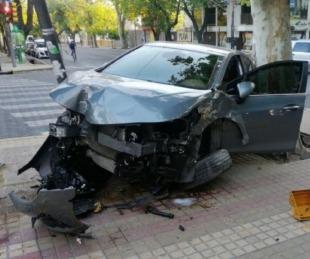 foto: Dejó el auto en el estacionamiento y apareció chocado contra un poste en la calle