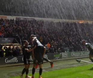 foto: La insólita jugada bajo la lluvia en el ascenso inglés que hizo furor